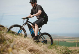 vtt-electrique-decathlon-E-ST500-ROCKRIDER-riding